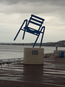פסל הכיסא טיילת האנגלים