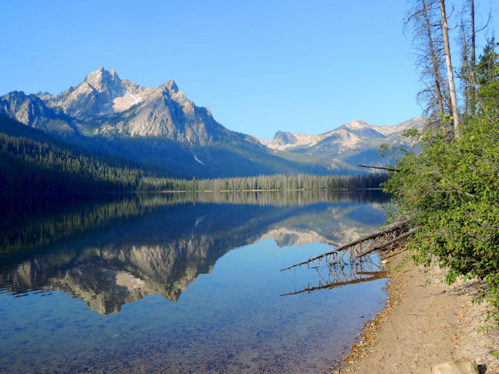 השתקפות של הר באגם