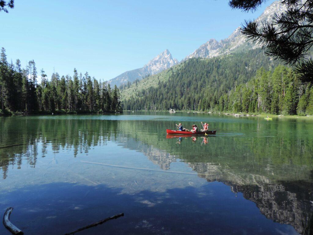 סירה על אגם