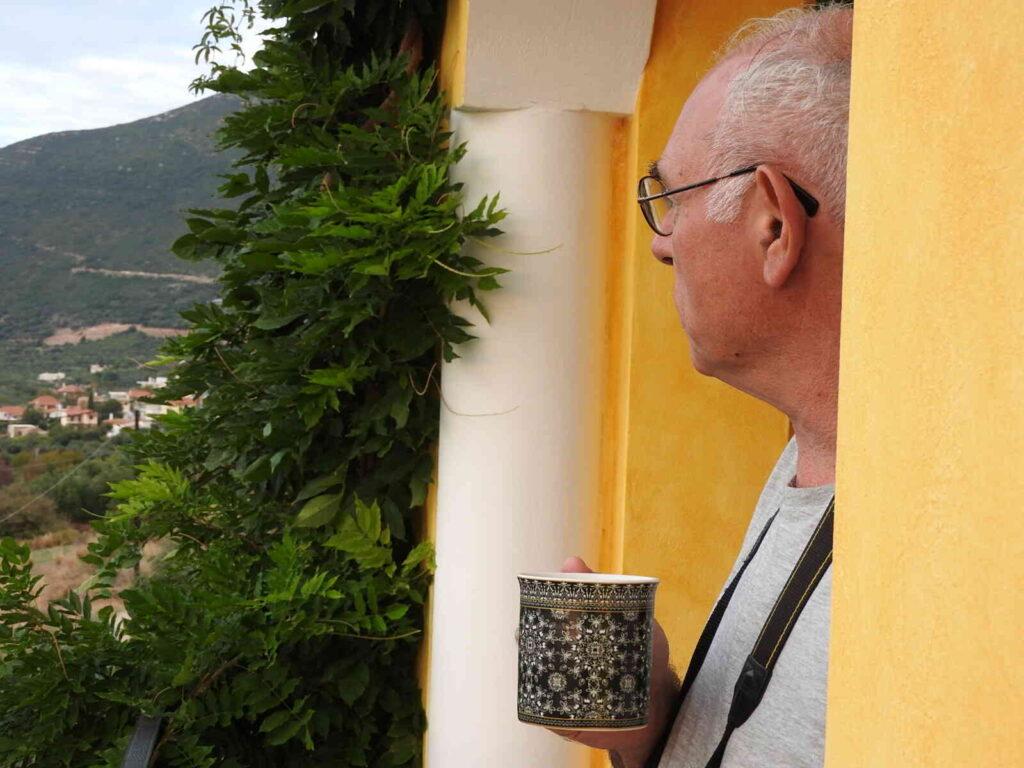 סבא שותה קפה בחופשה