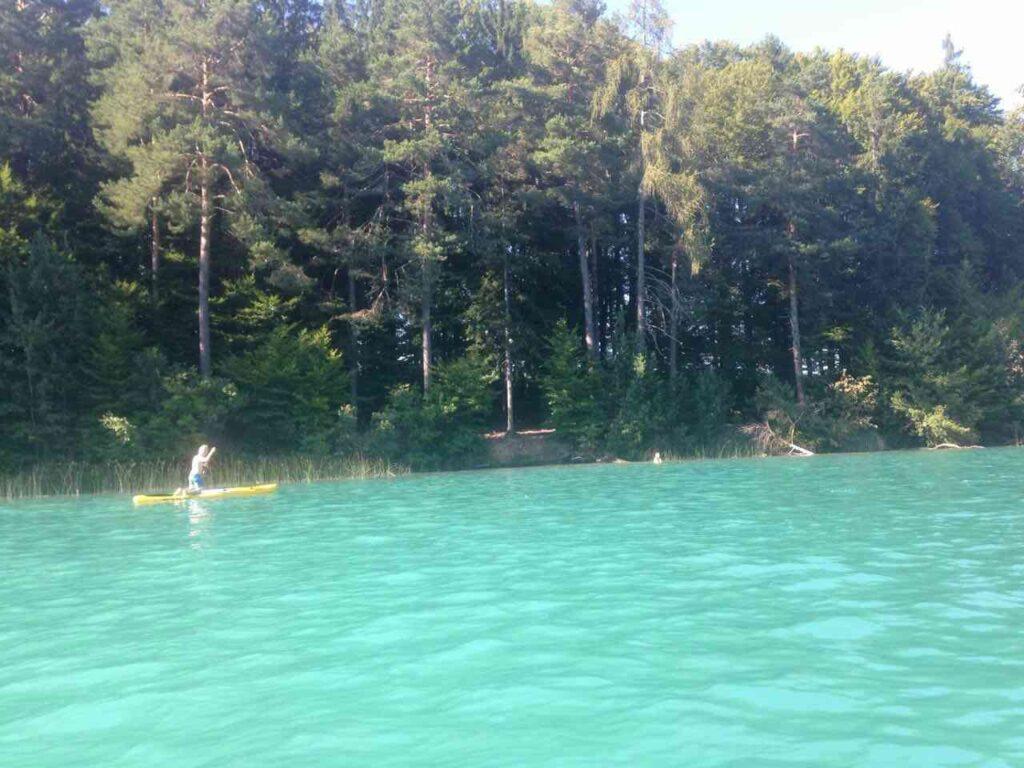 מי טורקיז צלולים באגם פאקר קרינתיה