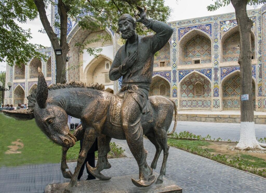פסל של ג'וחא בבוכרה