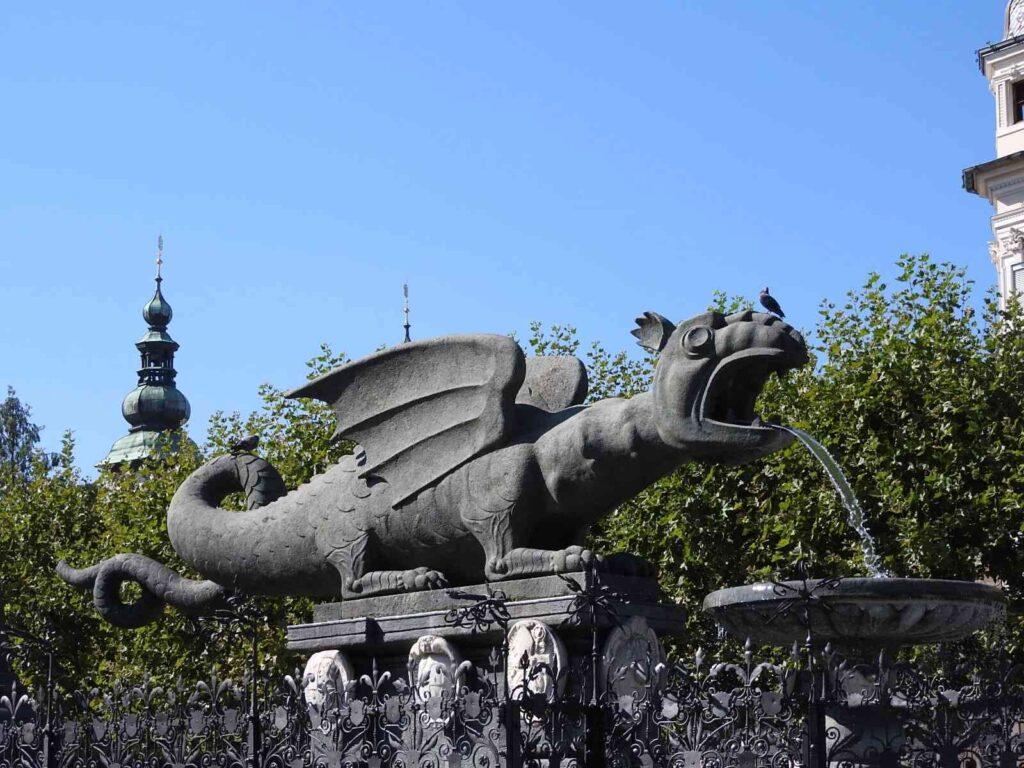 פסל של דרקון במרכז העיר קלגנפורט