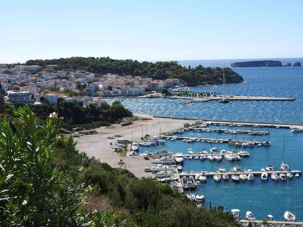 נמל קטן במים הכחולים של העיר פילוס,יוון