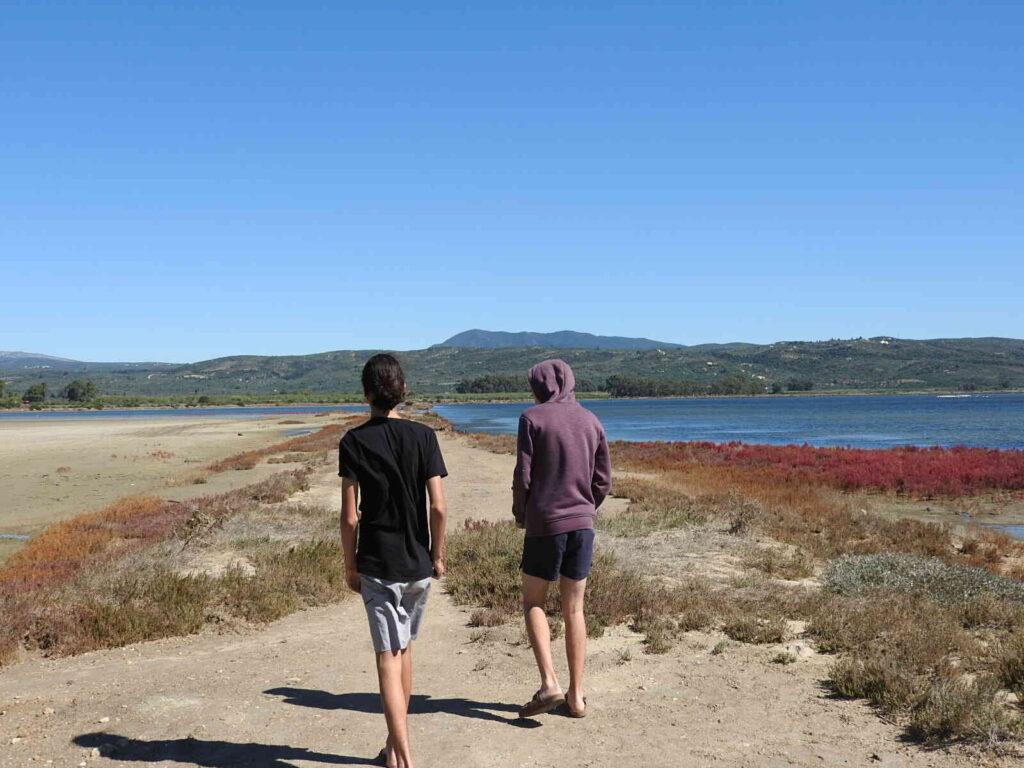 שני נערים הולכים על שפת הים ביוון