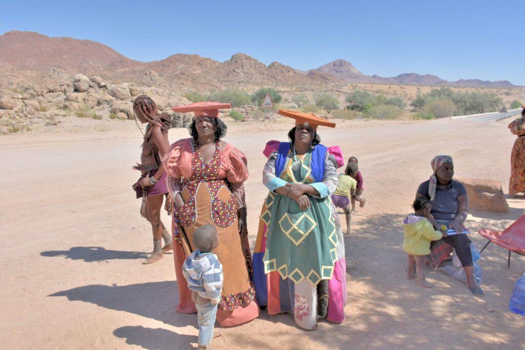 נשים משבט ההררו לבושות בבגדים המאה ה 19.