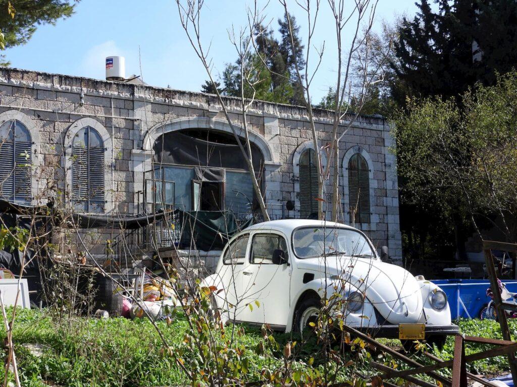 רכב ליד בית נטוש