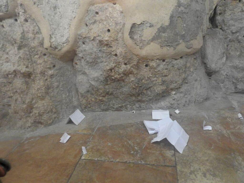 פתקים של מאמינים בכנסיית הקבר